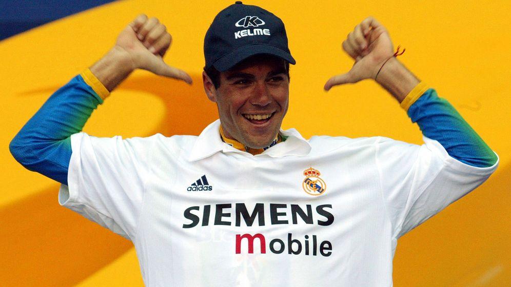 Foto: Aitor González posa con una camiseta del Real Madrid en el podio final de la Vuelta a España 2002, en el Santiago Bernabéu. (Reuters)