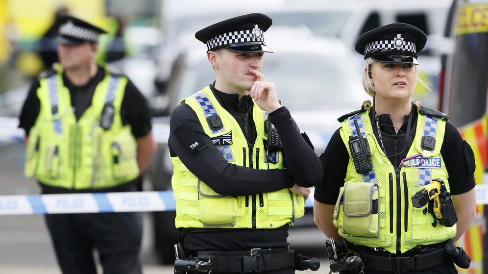 Foto: La mujer atacó también a los policías que intentaron detenerla (Reuters/Craig Brough)