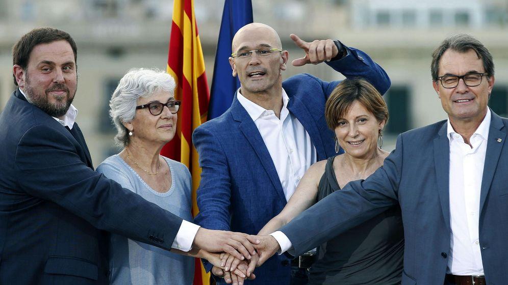Foto: El presidente de la Generalitat y de CDC, Artur Mas, el presidente de ERC, Oriol Junqueras, el cabeza de lista, Raül Romeva, la número dos, Carme Forcadell, y la número tres, Muriel Casals. (Efe)