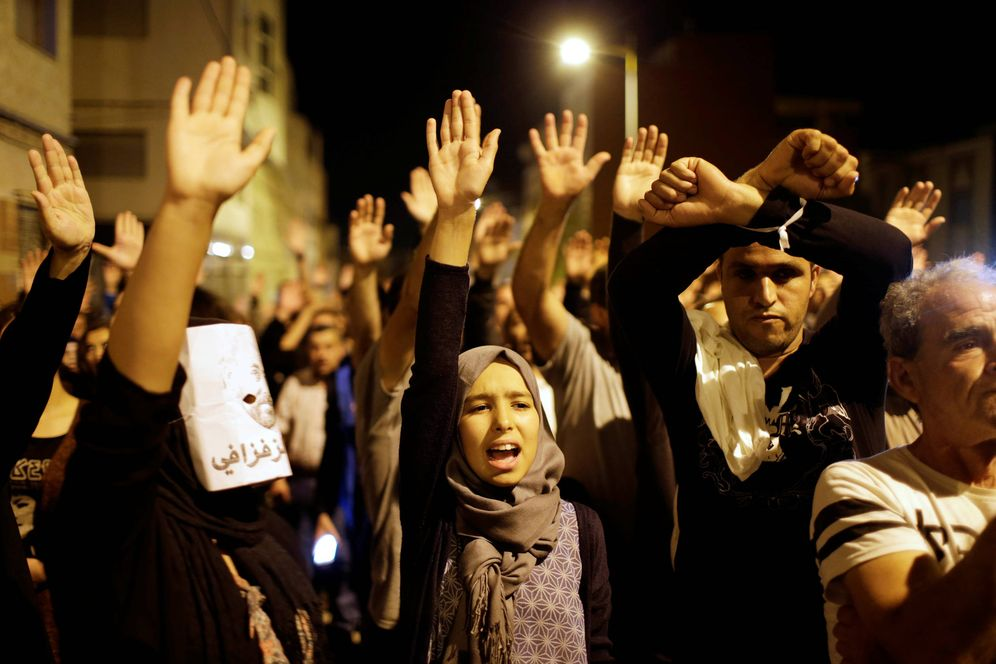 Foto: Marroquíes en una protesta contra los abusos policiales en Alhucemas. (Reuters)