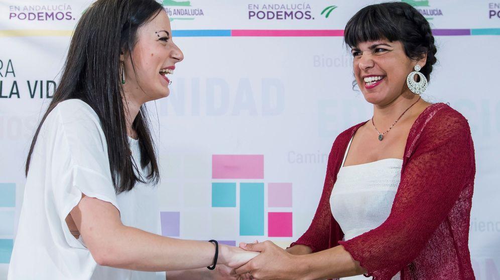 Foto: La coordinadora regional de Podemos, Teresa Rodríguez (d), y la diputada por Huelva en el Congreso, Isabel Franco. (EFE)