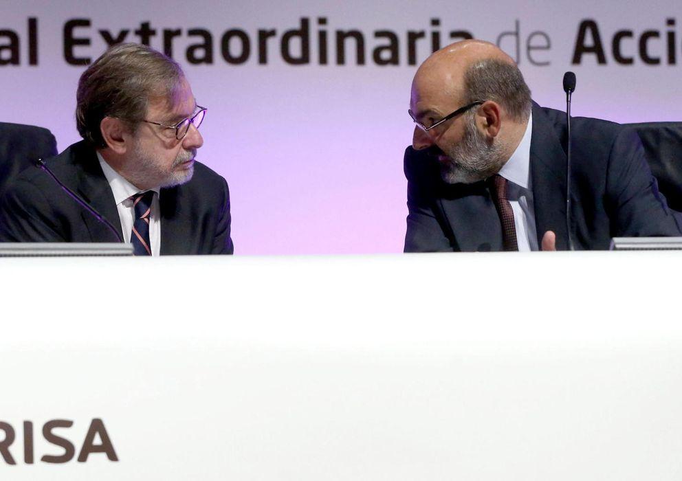 Foto: El presidente del Grupo Prisa, Juan Luis Cebrián, conversa con el consejero delegado, Fernando Abril-Martorell. (EFE)