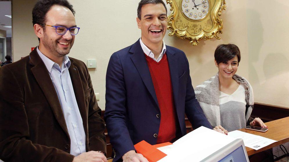 Foto: Pedro Sánchez, acompañado por Antonio Hernando e Isabel Rodríguez, portavoz y portavoz adjunta de su grupo, este 14 de enero en el Congreso. (EFE)