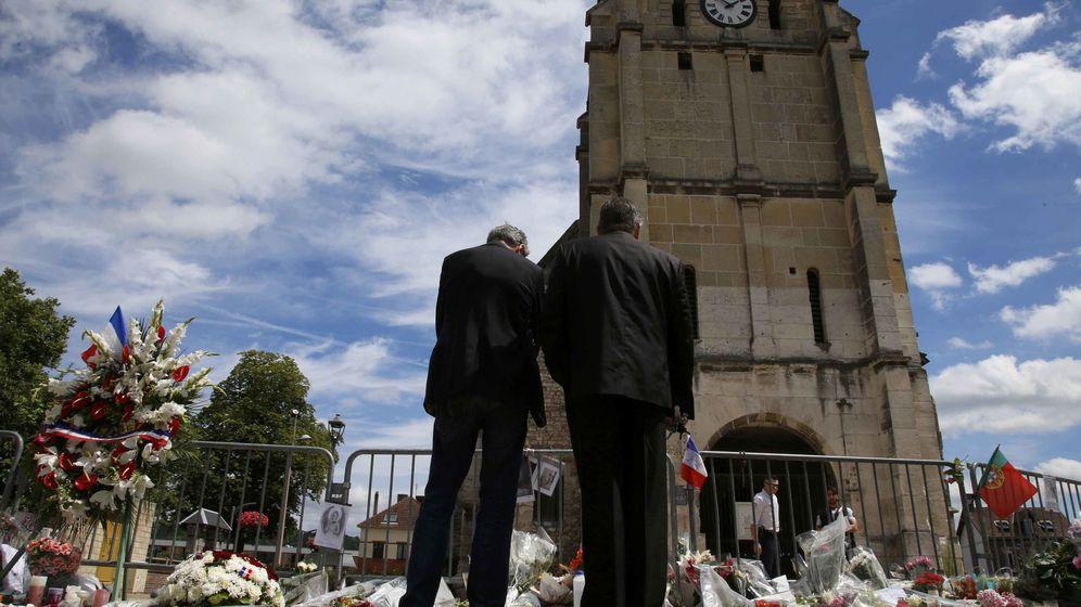 Foto: Dos hombres ante la iglesia de Saint-Etienne-du-Rouvray rinden tributo al sacerdote Jacques Hamel, asesinado por un simpatizante del Estado Islámico. (Reuters)