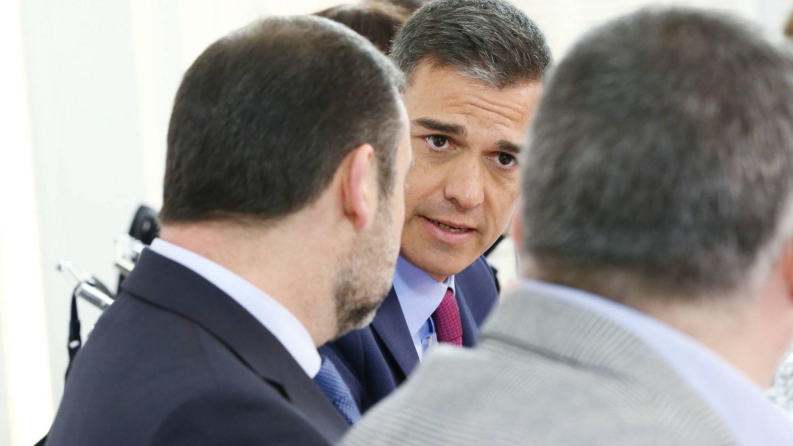 Foto: Pedro Sánchez charla con José Luis Ábalos y Santos Cerdán, este 8 de enero de 2019 durante la reunión de la ejecutiva federal del PSOE. (Inma Mesa | PSOE)