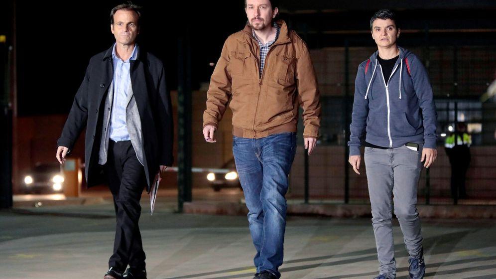 Foto: Pablo Iglesias, acompañado por la exdiputada de En Comú Podem Lucía Martín y el actual cabeza de lista de los 'comuns', Jaume Asens (i), a su salida de la prisión de Lledoners tras visitar a Oriol Junqueras. (EFE)