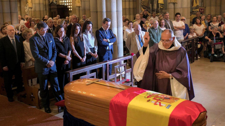 Centenares de gijoneses abarrotaron la iglesia de San Pedro en Gijón, donde se ofició el funeral de Arturo Fernández. (EFE)