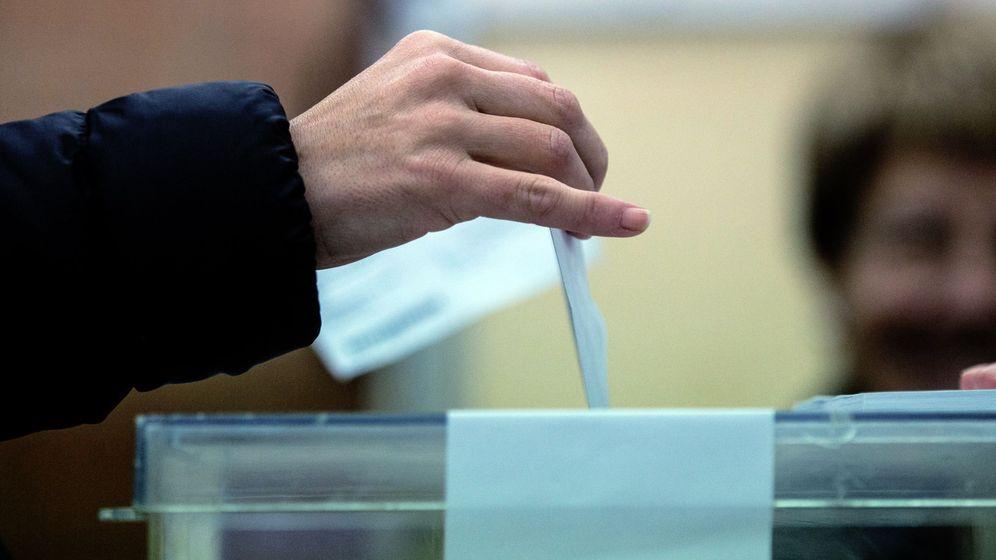 Foto: Un ciudadano deposita su voto en la urna en en colegio electoral de Barcelona. (EFE)