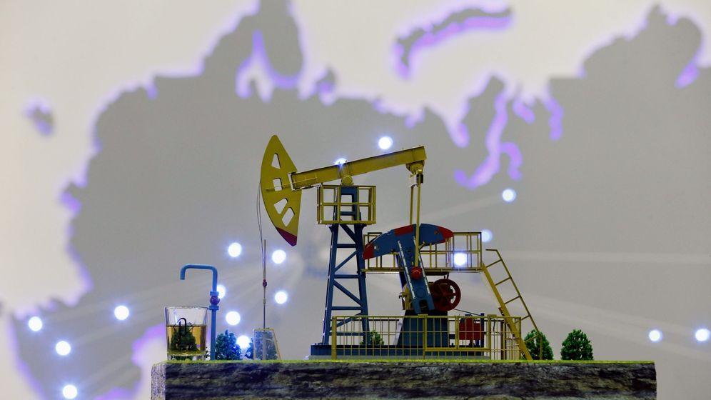 Foto: Maqueta de una bomba de petróleo de Gazprom (Efe)