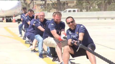 20 'forzudos' desplazan a pulso un Boeing 757 en Malta