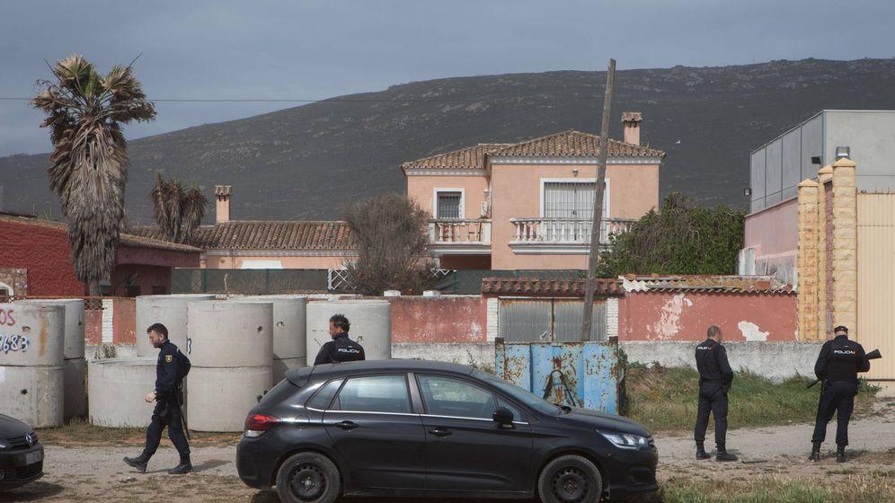 Foto: Efectivos de la Policía en un registro que se saldó el pasado jueves con un par de detenciones en La Línea (Jesús Domínguez).
