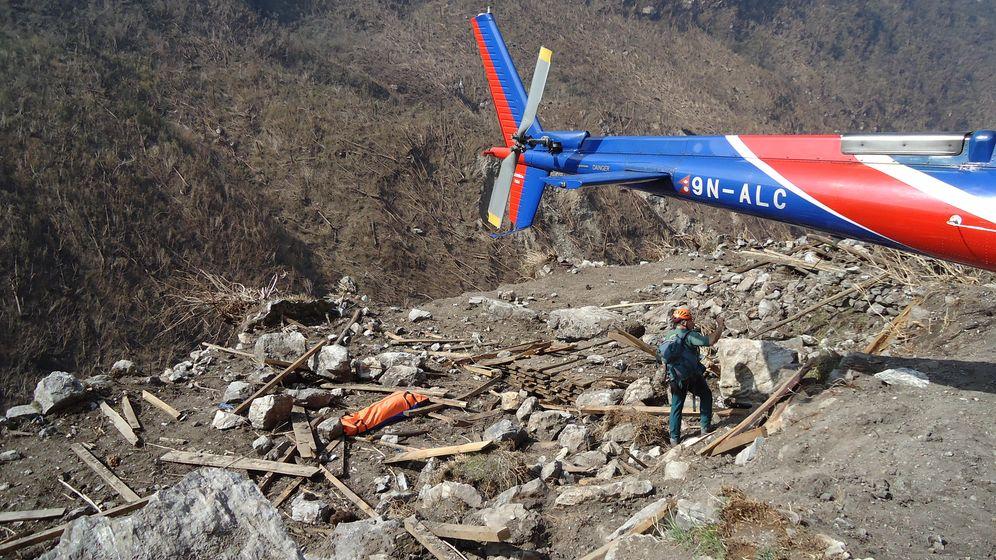 Foto: Un guardia civil en las tareas de rescate de Nepal.