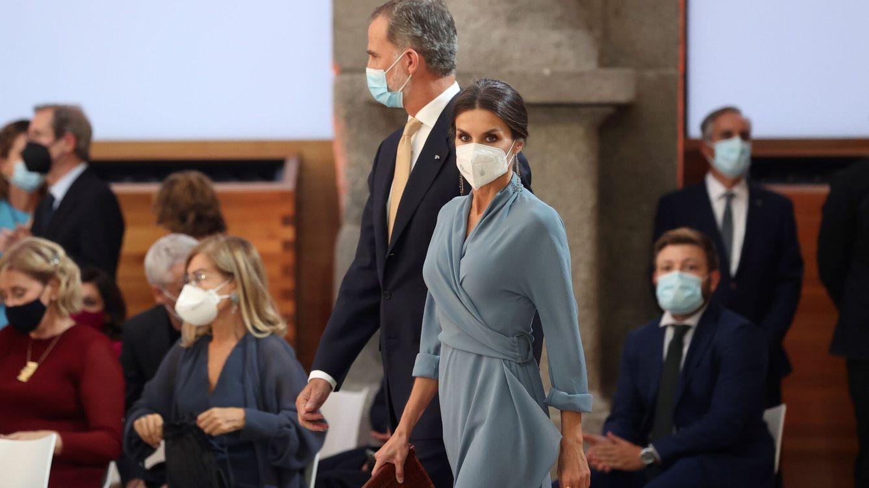 El doble homenaje de Letizia a Adolfo Domínguez: un nuevo vestido con guiño incluido