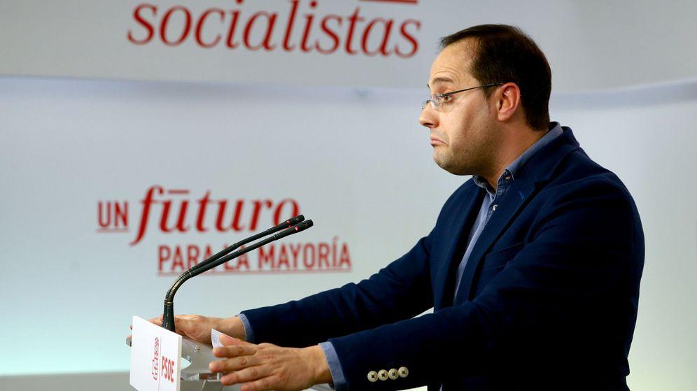 Foto: César Luena, durante su rueda de prensa en Ferraz este viernes, tras la renuncia de Mariano Rajoy. (EFE)