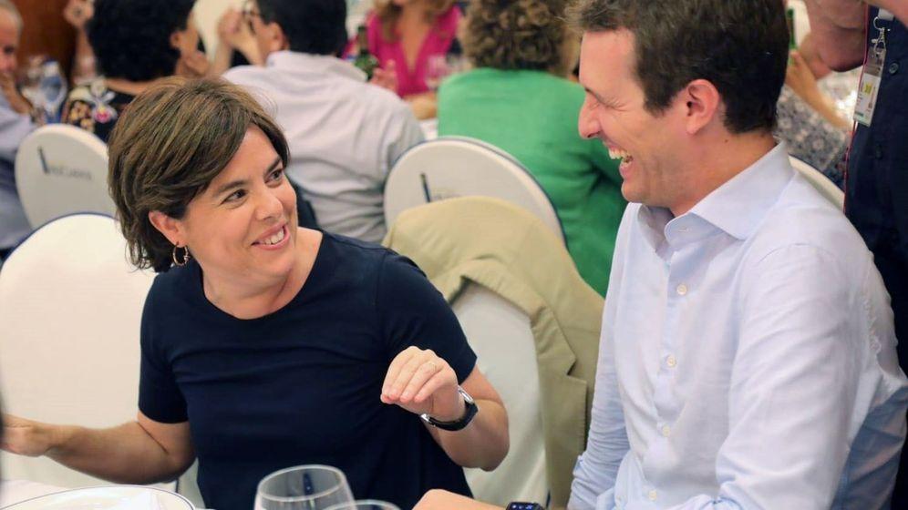 Foto: Los dos candidatos a liderar el PP, Soraya Sáenz de Santamaría y Pablo Casado, en la cena del partido. (EFE)