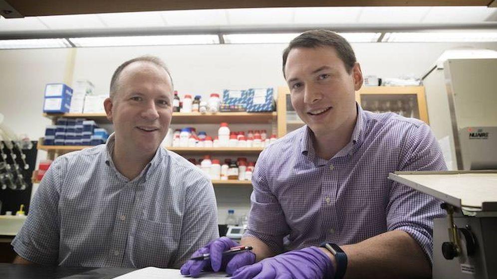 Foto: Jason Papin y Greg Medlock, los científicos responsables del descubrimiento. (Universidad de Virginia)