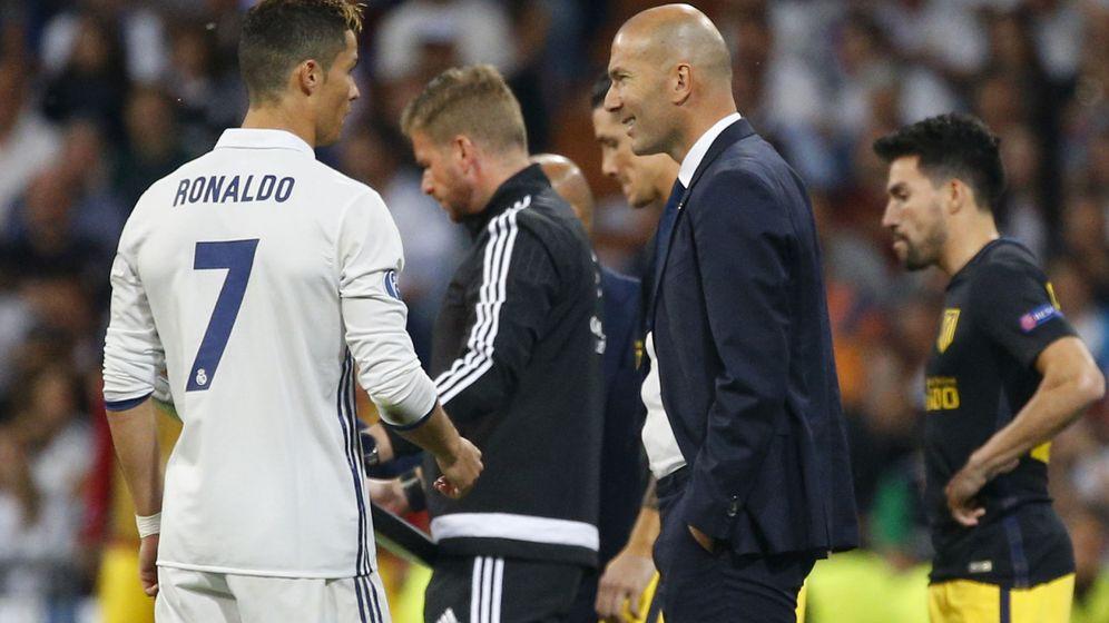 Foto: Zidane y Cristiano hablan durante un partido. (Reuters)