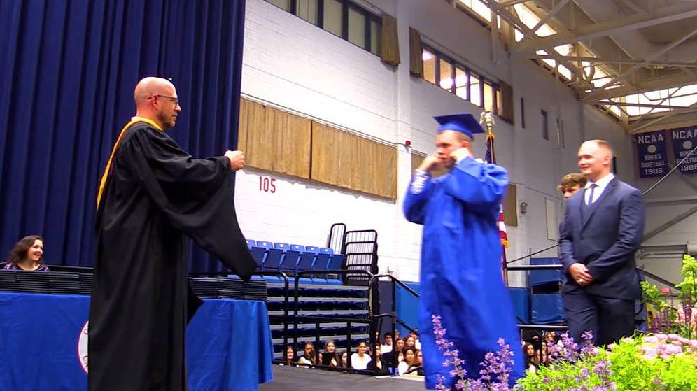Foto: Jack Higgins, aún con las manos tapándose los oídos, en el momento de recibir su diploma (Imagen: YouTube)
