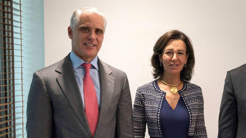 Foto: El financiero Andrea Orcel y Ana Botín, presidenta del Banco Santander. (EFE)
