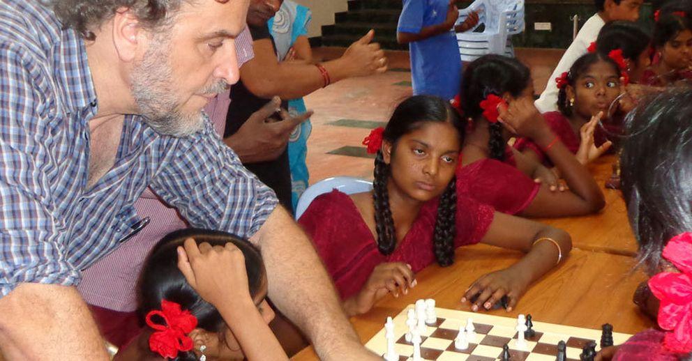 Foto: Álvaro Van den Brule enseñando ajedrez en la India. (Ajedrez Sin Fronteras)