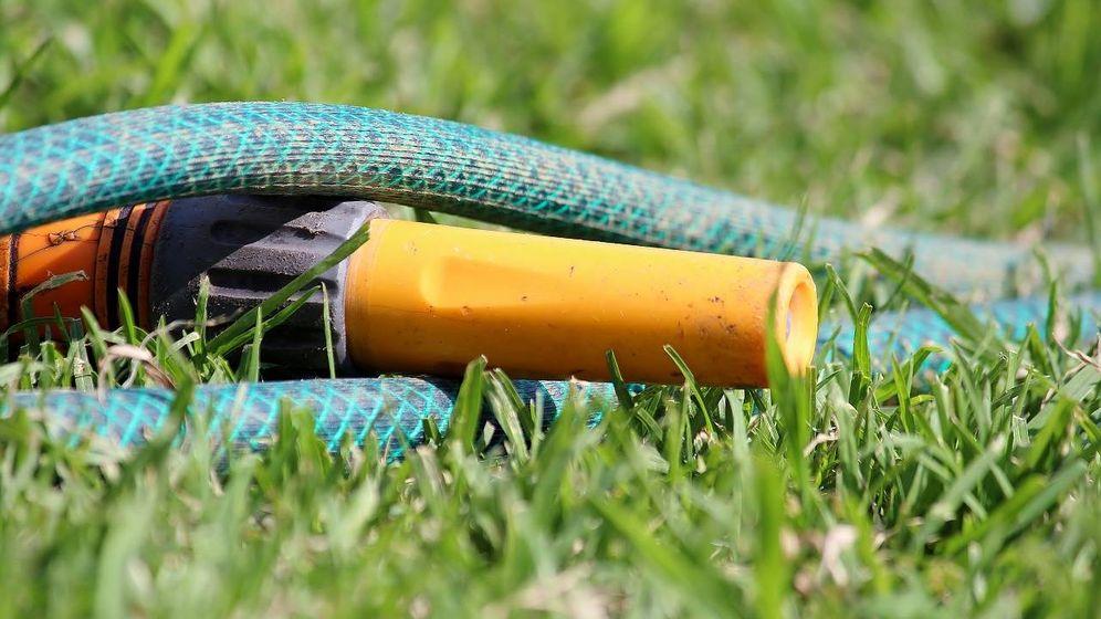 Foto: Una manguera es imprescindible en cualquier casa con jardín para regar el césped, huerto, flores, etc. (Foto: Pixabay)