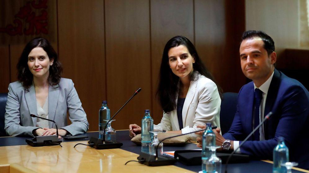 Foto: La candidata del PP a presidir la Comunidad de Madrid, Isabel Díaz Ayuso (i), la candidata de Vox, Rocío Monasterio (c), y el líder de Ciudadanos en Madrid, Ignacio Aguado (d). (EFE)