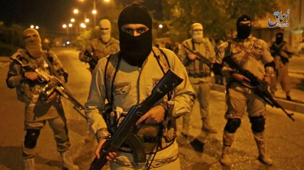Foto: Imagen de un vídeo distribuido por el ISIS de varios combatientes patrullando las calles de Mosul, en octubre de 2016. (Reuters)