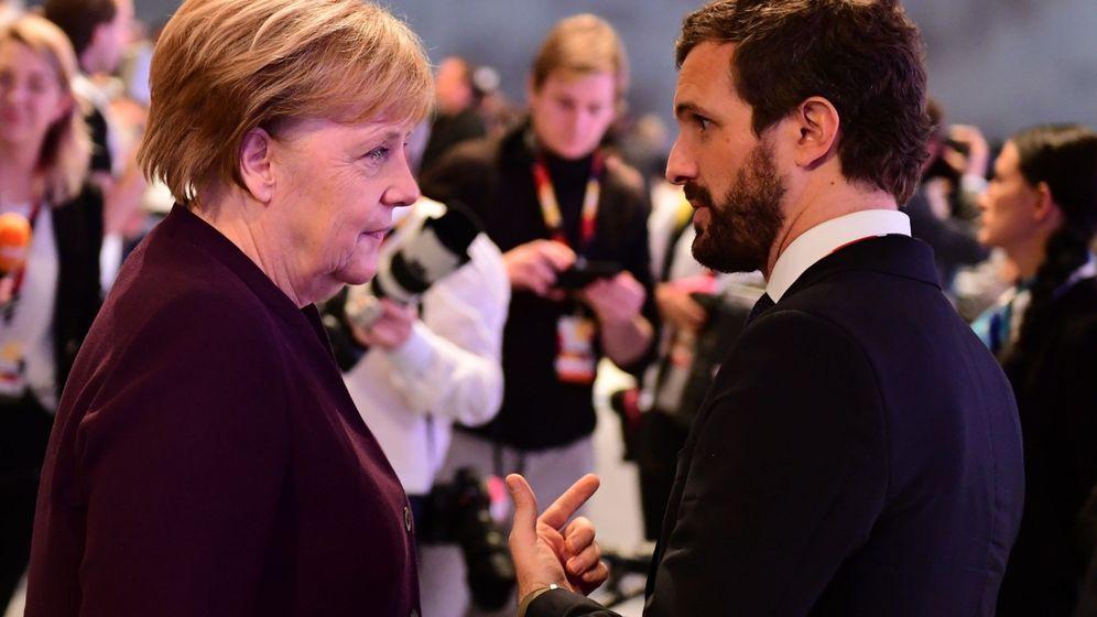 Foto: Angela Merkel y Pablo Casado hablan durante el congreso del partido alemán CDU. (EFE)