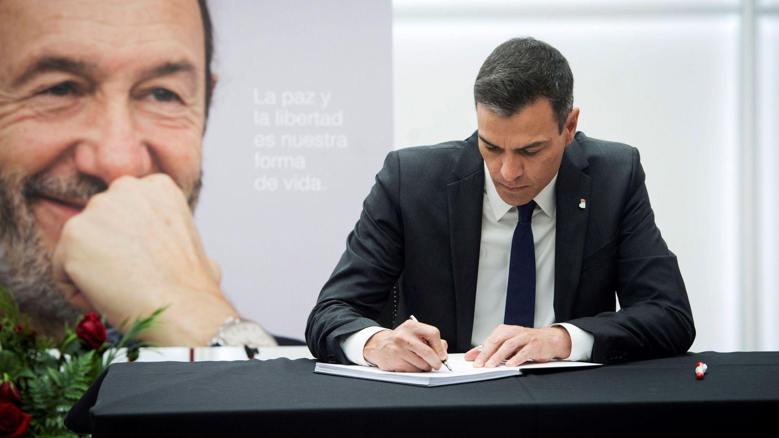 Foto: Pedro Sánchez firma en el libro de condolencias abierto en Ferraz en honor de Alfredo Pérez Rubalcaba. (EFE)