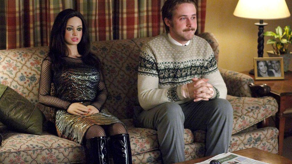 Foto: Fotograma de la película 'Lars y una chica de verdad', donde el personaje de Ryan Gosling se enamora de una muñeca