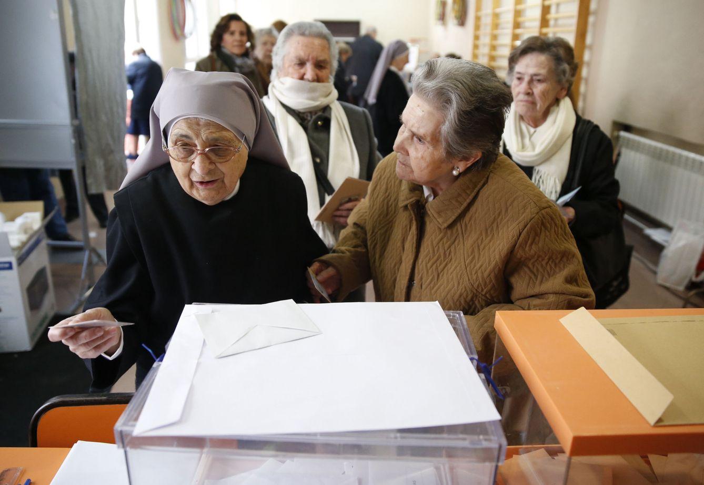 Una monja vota en un colegio de Madrid en las pasadas elecciones generales. (EFE)