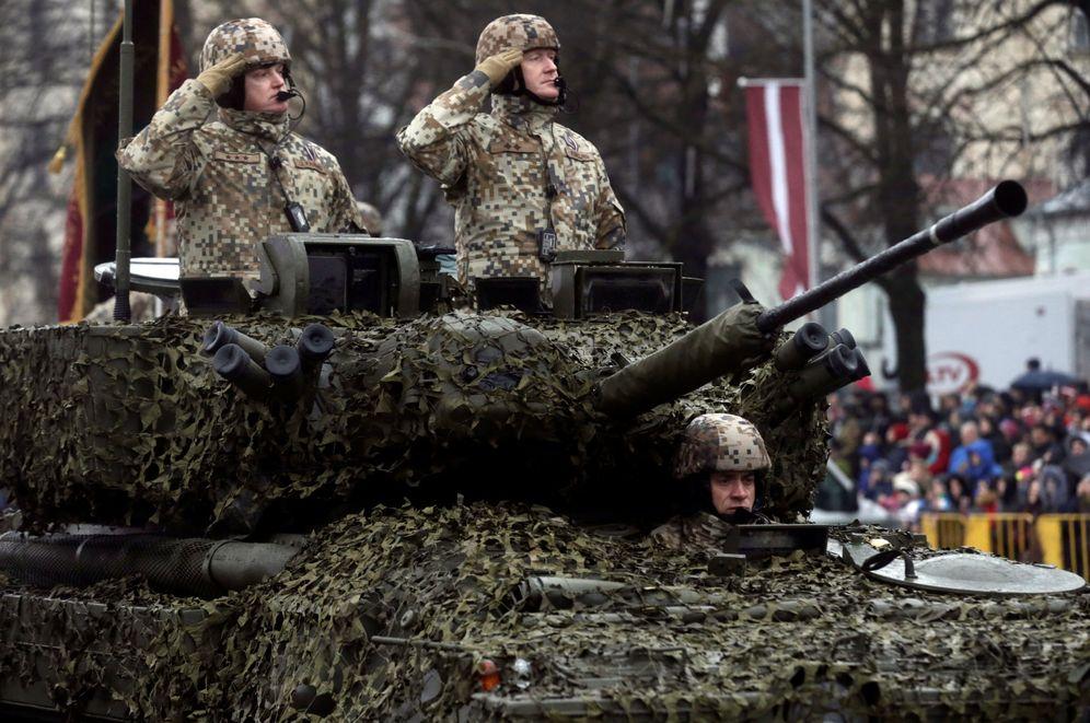Foto: Soldados del ejército de Letonia conducen un blindado durante el desfile del Día de la Independencia en Riga, el 18 de noviembre de 2016 (Reuters)