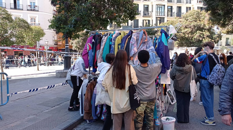 Unos jóvenes compran en un puesto de El Rastro. (A. R.)
