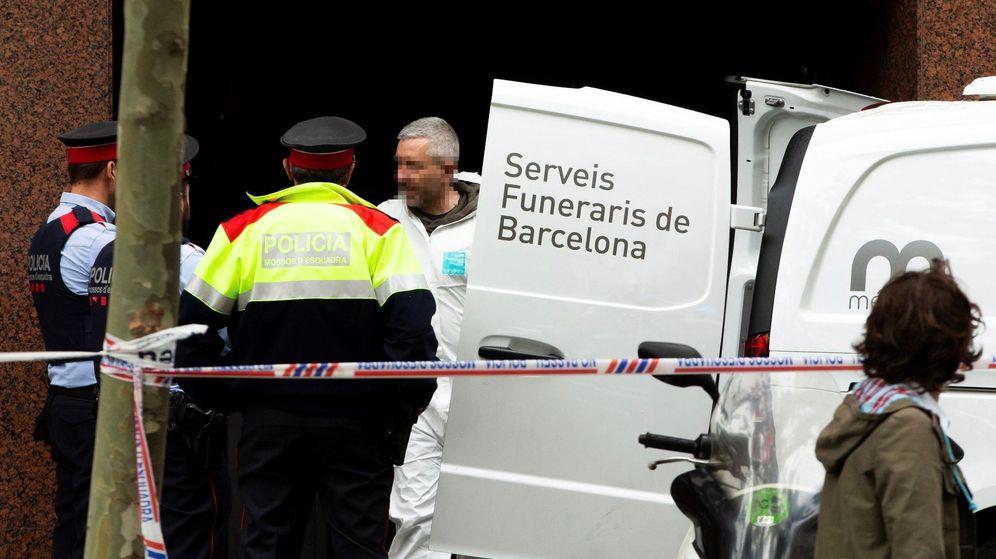 Foto: Mossos d'Esquadra y personal de los Servicios Funerarios retiran el cuerpo sin vida del hombre. (EFE)
