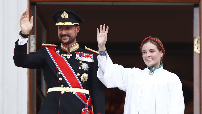 El príncipe Haakon e Ingrid Alexandra saludan desde el balcón del palacio real. (Reuters)