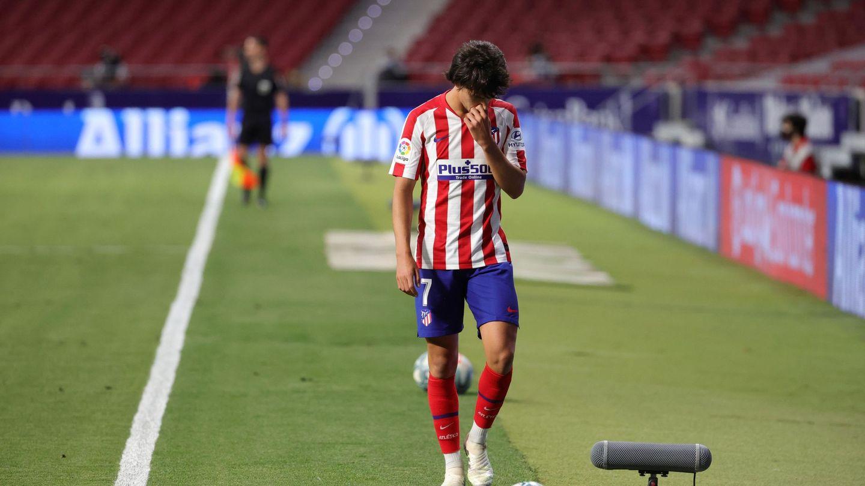 Joao Félix, cabizbajo tras ser sustituido por Simeone ante el Mallorca. (EFE)