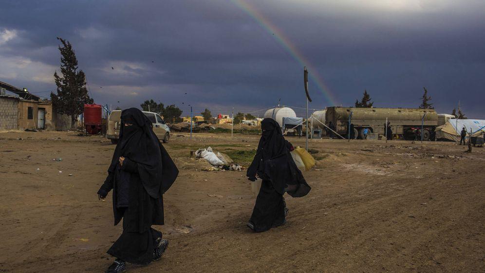 Foto: Dos de las esposas del ISIS, en el campo de desplazados de Al Hawl, en la provincia siria de Hasaka. (J. M. López)
