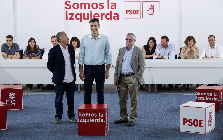 Foto: Pedro Sánchez, con Pepe Álvarez e Ignacio Fernández Toxo, al comienzo de la reunión de la permanente del PSOE con las ejecutivas de UGT y CCOO, este 26 de junio en Ferraz. (EFE)