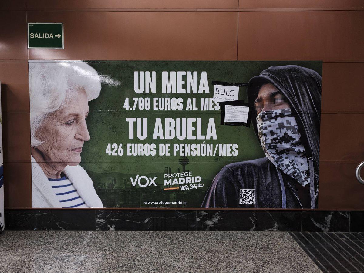 Foto: Cartel electoral contra los menas de VOX para las elecciones madrileñas del 4-M. (Sergio Beleña)