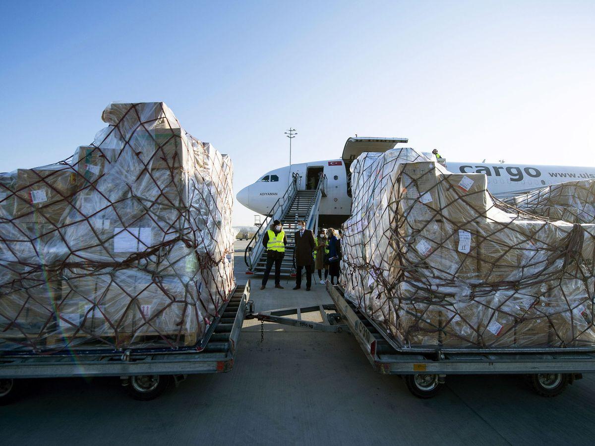 Foto: Un cargamento de suministros médicos de China llega al aeropuerto de Budapest. (EFE)