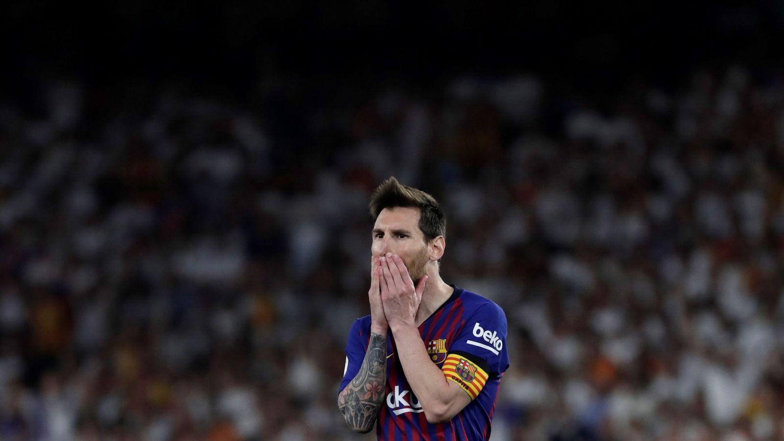 Foto: Leo Messi se lamenta de una jugada desperdiciada en la final de Copa frente al Valencia. (EFE))