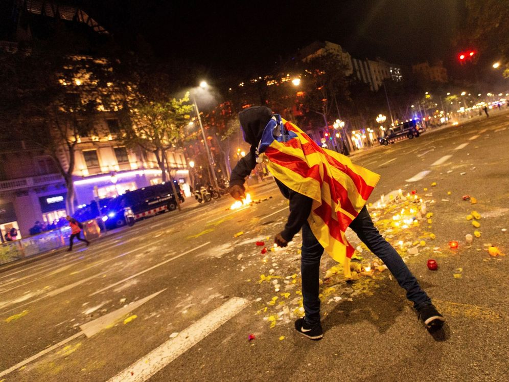Foto: Un miembro de los CDR se enfrenta a los Mossos en Barcelona. (EFE)
