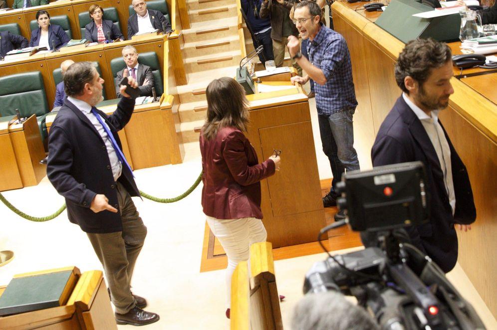 Foto: Parlamentarios del PP se encaran con Julen Arzuaga (Bildu) al abandonar el hemiciclo durante el pleno del Parlamento Vasco de este jueves. (EFE)