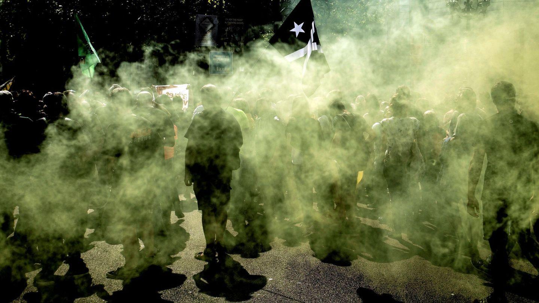 Activistas convocados por los comités de defensa de la república (CDR), manifestándose en Barcelona. (EFE)