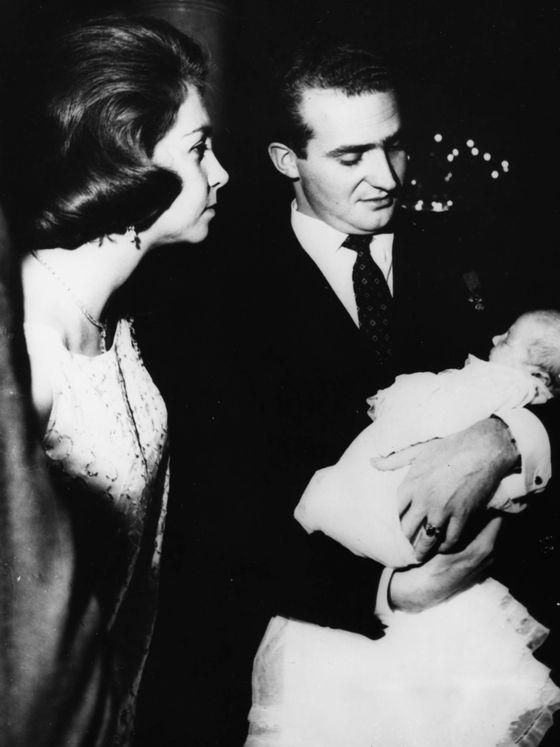 Juan Carlos y Sofía, con su primogénita. (Getty)