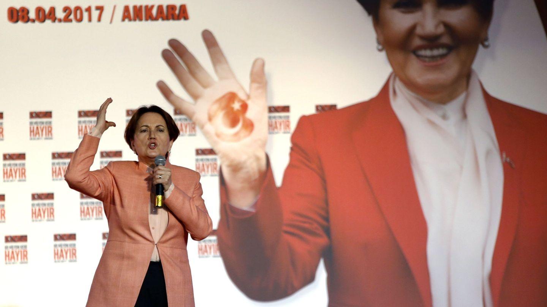 Meral Aksener habla en un acto contra el referéndum constitucional en Ankara,  el 8 de abril de 2017. (EFE)