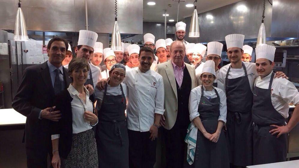 Foto: Don Juan Carlos con el equipo de El Portal de Echaurren (Facebook)