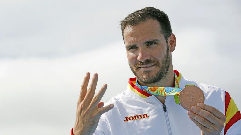 Foto: Saúl Craviotto enseña la última de sus cuatro medallas (EFE)