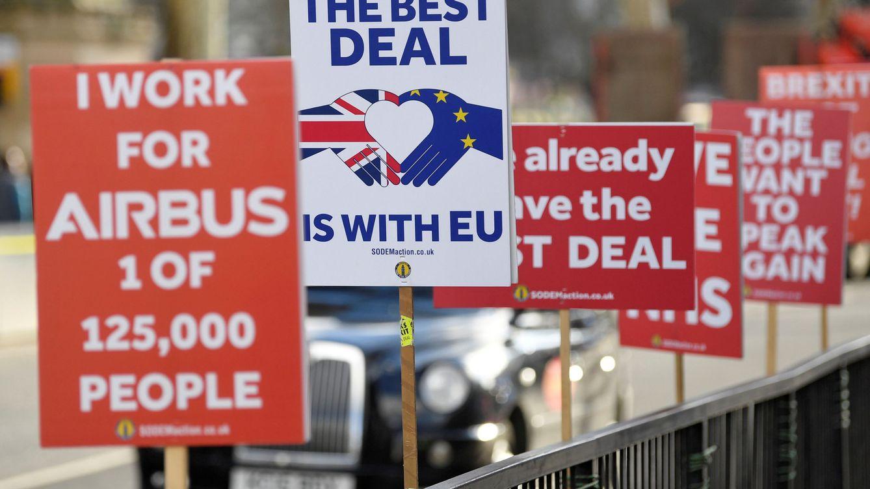 Foto: Un taxi pasa por detrás de varios carteles en contra del Brexit en Londres, el 30 de enero de 2019. (Reuters)