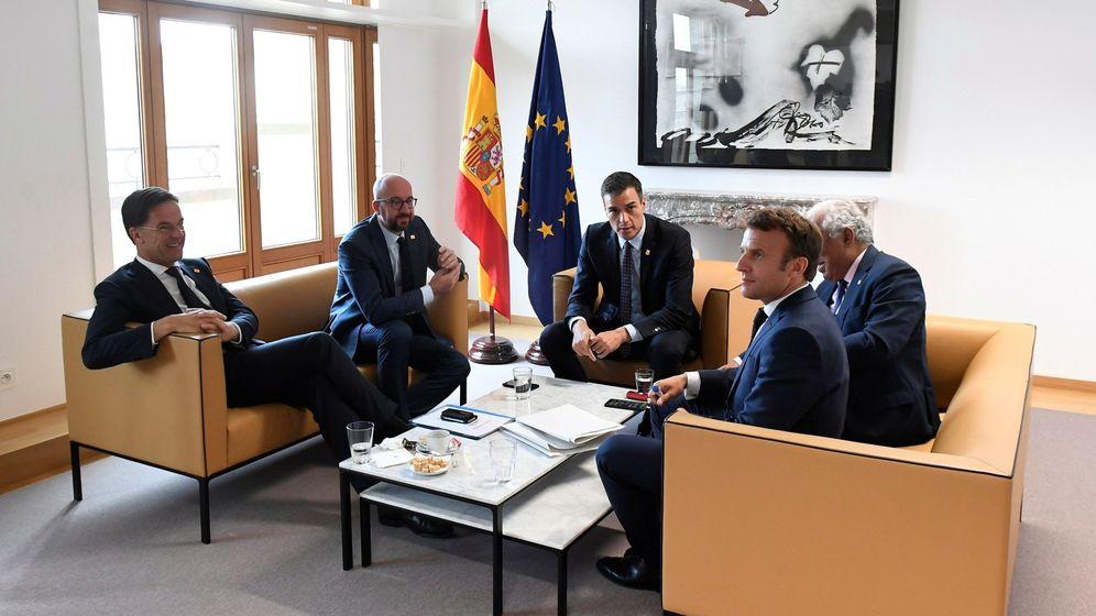 Foto: Pedro Sánchez, en el centro, en un encuentro con los primeros ministros de Holanda, Bélgica, Portugal y Francia. (EFE)